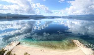 La plage en face de Villa Dorida a Komarna, Croatie